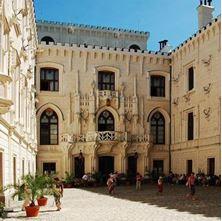 Obrázek Obřadní balíček na nádvoří zámku Hluboká s dokumenty