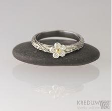 Obrázek Zásnubní prsten Gordik flower se stříbrnou kytičkou a zlatým středem