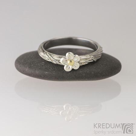 Obrázek z Zásnubní prsten Gordik flower se stříbrnou kytičkou a zlatým středem